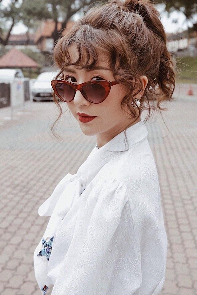 Cô nàng cũng là người dám thử nghiệm nhiều phong cách độc đáo mà ít cô nàng hot girl khác áp dụng. Điển hình là mái tóc xoăn lọn rất dễ khiến con gái trở nên già hơn tuổi này.