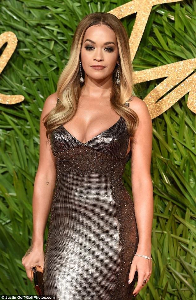 Rita Ora khoe ngực đầy trong bộ váy ánh kim