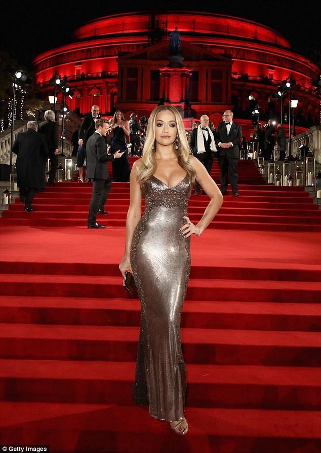 Rita Ora khoe ngực khủng trên thảm đỏ lễ trao giải thời trang - 4