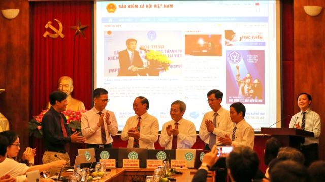 Đại diện BHXH bấm nút ra mắt Phiên bản nâng cấp Cổng thông tin điện tử BHXH VN.