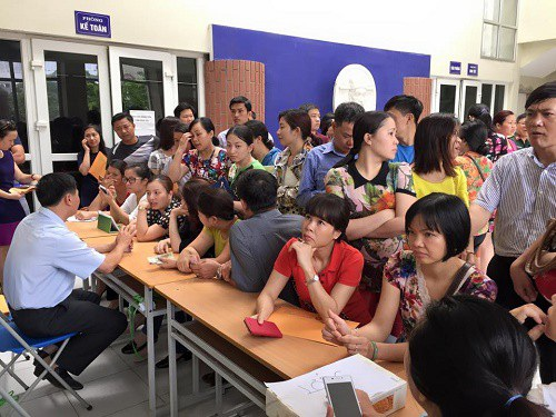 Phụ huynh chờ nộp hồ sơ xét tuyển tại Trường Lương Thế Vinh (Hà Nội)