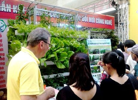 Theo ông Nguyễn Phước Trung - Giám đốc Sở Nông nghiệp và phát triển nông thôn TPHCM, với 1 ha trồng rau sạch thủy canh doanh nghiệp có thể đạt doanh thu đến 5 tỷ đồng/năm
