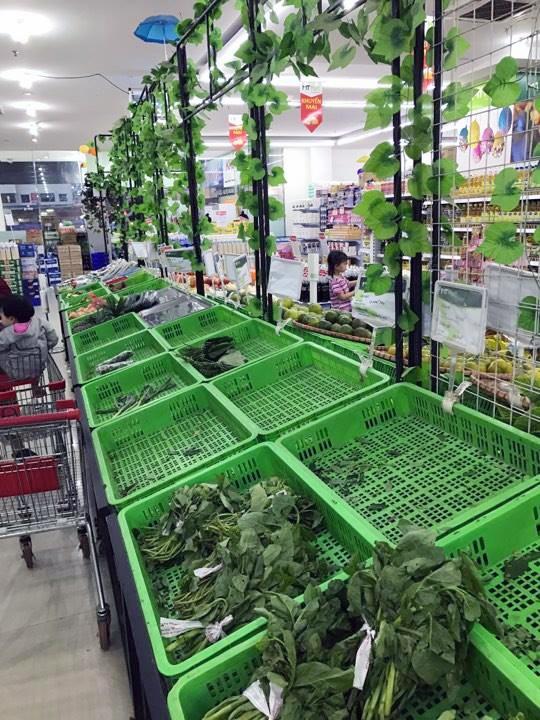 Người dân vét sạch rau trong siêu thị, ăn cả rau dập nát (ảnh: Duy Anh)