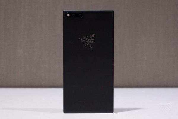 Mặt trước và sau của Razer Phone, với mặt sau được thiết kế khá đơn giản