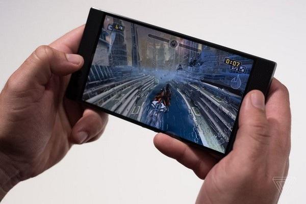 Việc bố trí viền màn hình dày giúp cầm nắm sản phẩm khi chơi game dễ dàng hơn