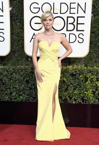 Minh tinh từng giành giải Oscar Reese Witherspoon tỏa sáng như ánh mặt trời trong bộ váy vàng Atelier Versace