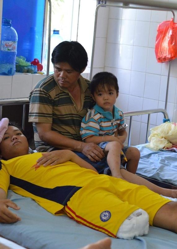 Sau khi nhập viện ở BV đa khoa Tân Hồng, em Giang được bác sĩ chỉ định cho nẹp chân... sau đó bệnh tình chuyển biến nhanh em được chuyển lên bệnh viện tuyến trên và phải cắt 1/3 chân