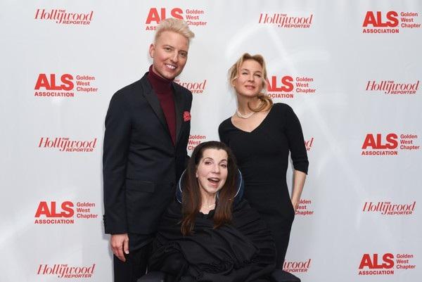 Renee Zellweger chụp hình các vị khách danh dự của đêm tiệc từ thiện