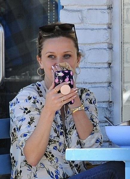 40 tuổi, Reese Witherspoon trẻ ngang cô con gái 17 tuổi - 9