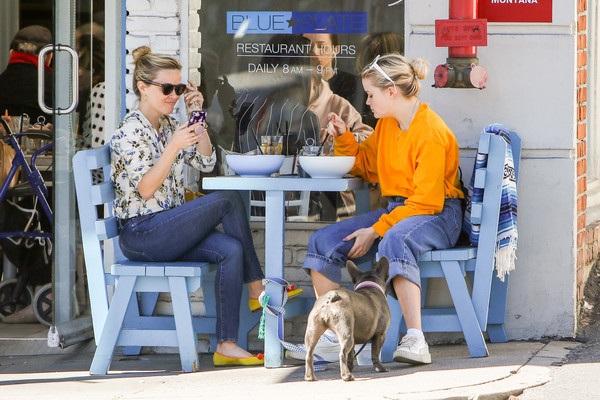 Mẹ con Reese Witherspoon và Ava hẹn nhau cùng ăn trưa tại một nhà hàng Santa Monica. Ngôi sao 40 tuổi diện áo sơ mi và quần jeans giống cô con gái 17 tuổi của cô.