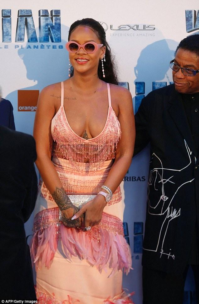 Rihanna khoe vòng một nảy nở trong bộ váy rườm rà