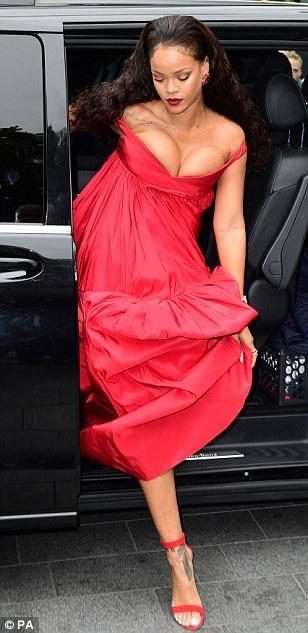 Rihanna khoe vòng một ngoại cỡ với váy hở bạo