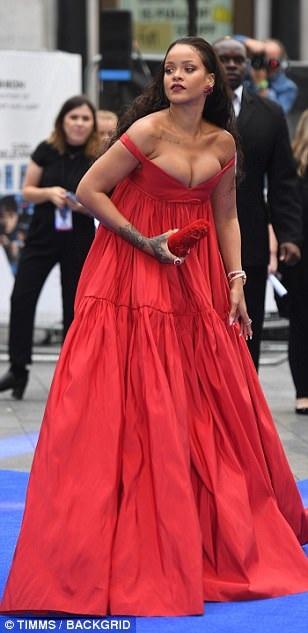 Nhiều fans chê bộ váy của ca sỹ da màu thiếu thẩm mỹ và hở nhưng không đẹp