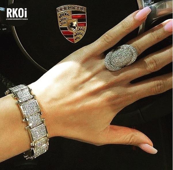 Họ còn thể hiện phong cách đẳng cấp bằng những món đồ trang sức bằng vàng trắng đính đầy kim cương xa xỉ. (Nguồn: RKOI)