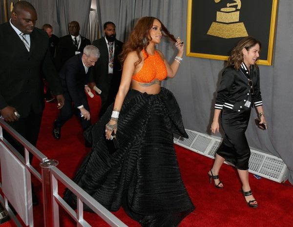 Rihanna đẹp hút hồn với trang phục của Armani Prive