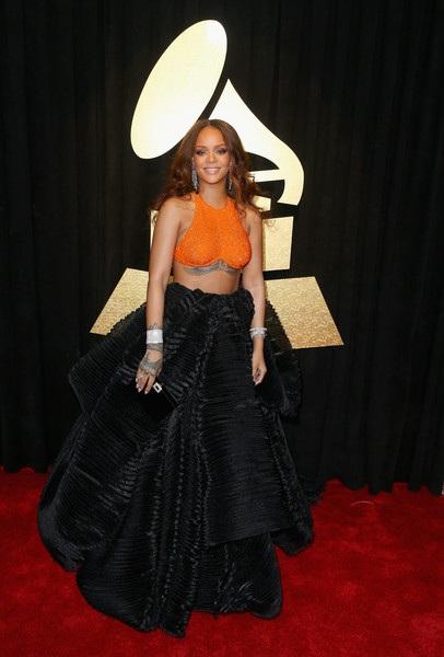 Áo crop top màu cam rất hợp với chân váy xòe màu đen ở dưới