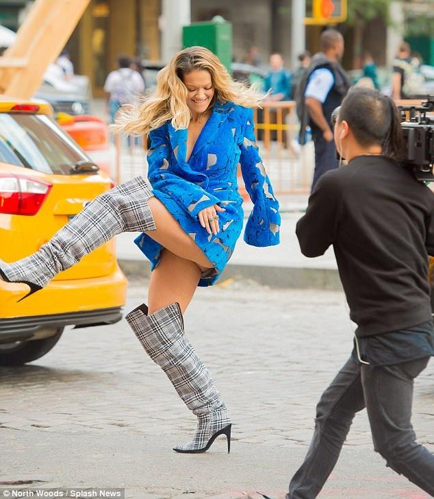 Rita Ora cá tính và xinh đẹp nổi bật trên đường phố
