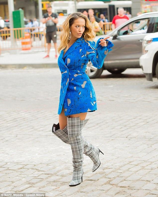 Rita Ora gần đây bận rộn với nhiều dự án khác nhau trong đó có việc ngồi ghế giám khảo các show truyền hình và thiết kế thời trang