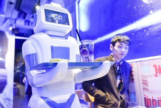 Robot phục vụ nước lên bàn