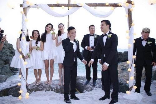 Đám cưới của cặp đôi có sự góp mặt của đông đảo nghệ sĩ trong giới showbiz như Tuyết Lan, Thùy Dương, Kathy Uyên, Trúc Diễm, Lê Thúy,... Trong đó, Trúc Diễm và Tuyết Lan đã rất vui khi đảm nhận vai trò phụ dâu cho hôn lễ.
