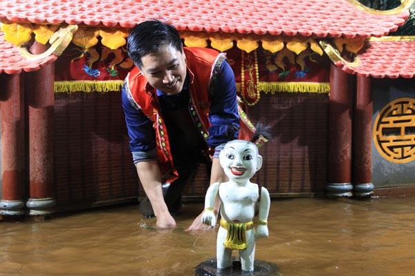 Nghệ nhân múa rối nước Phan Thanh Liêm.
