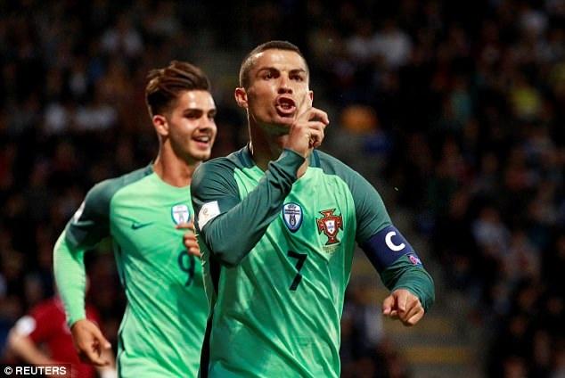 C.Ronadlo đặt dấu giày trong cả ba bàn thắng của Bồ Đào Nha