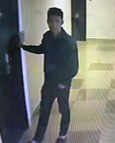 Hình ảnh Tùng ra vào tòa chung cư do camera ghi lại.