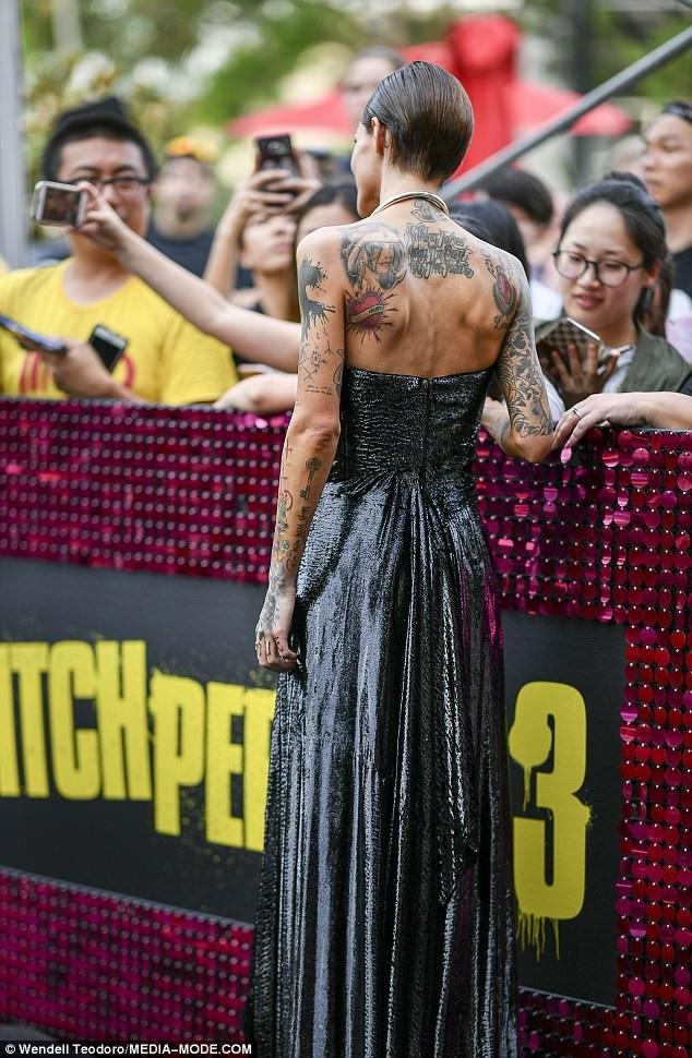 Bộ váy hở bạo khiến người mẫu 31 tuổi trông càng gày gò hơn bao giờ hết