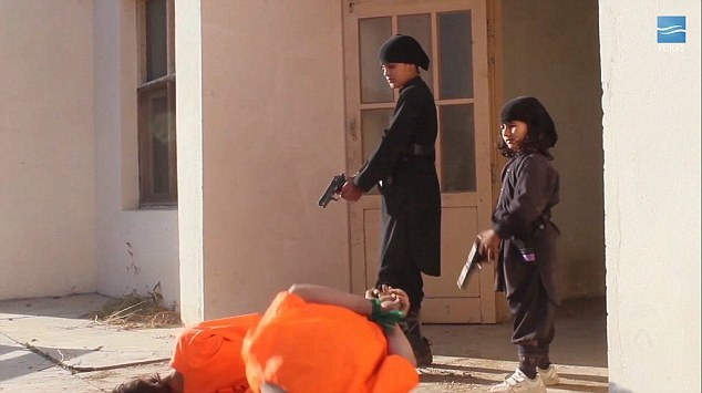 Hai chiến binh Hồi giáo nhỏ tuổi hành quyết con tin một cách dã man (Ảnh: Dailymail)