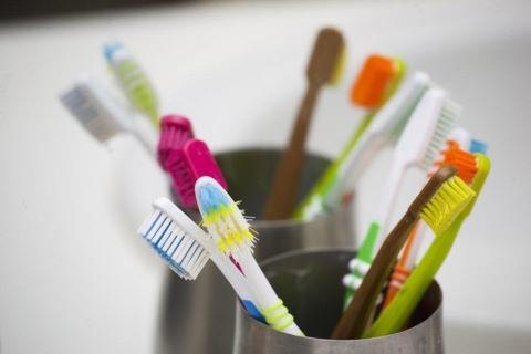 Rước bệnh từ việc dùng bàn chải đánh răng sai cách - 4