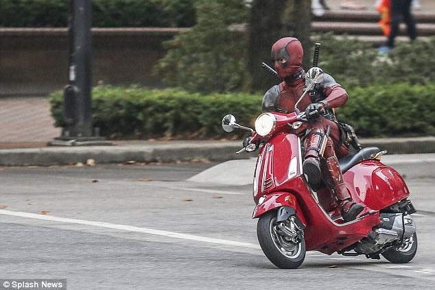 Diễn viên đóng thế của Ryan ngồi vắt chân trên xe máy trong 1 cảnh quay