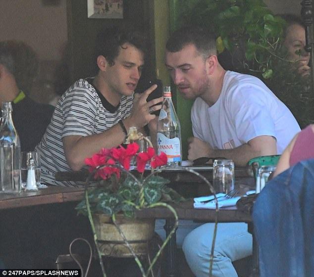 Sam và Brandon ăn trưa thân mật bên nhau trước khi tiếp tục dạo phố