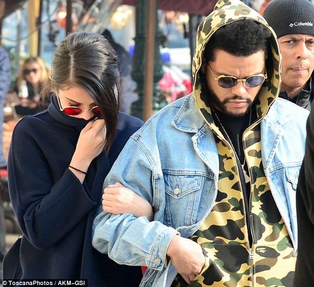 Selena Gomez và bạn trai mới The Weeknd đi dạo tại Venice ngày 30/1 vừa qua