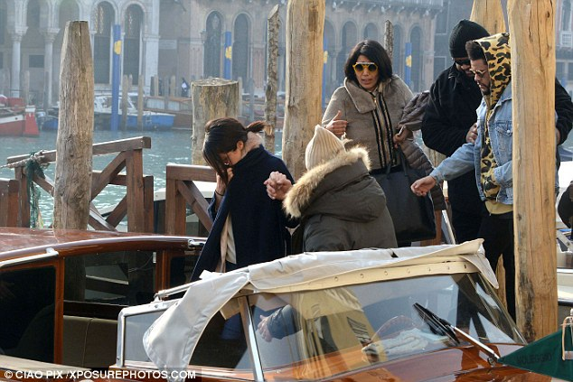 Họ cùng khám phá Venice với vệ sỹ và trợ lý