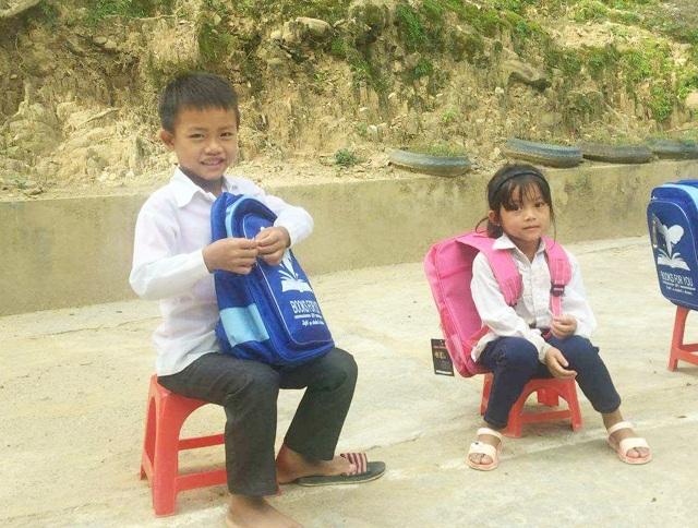 Niềm vui của những em nhỏ vùng lũ quét Tà Cạ (Kỳ Sơn, Nghệ An) khi được nhận sách vở, cặp mới đầu năm học