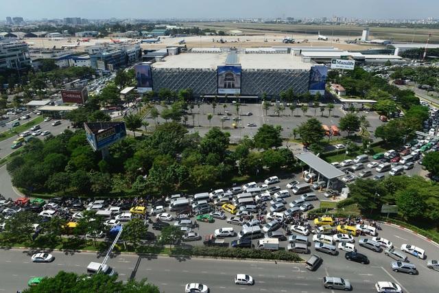 Tình hình giao thông vào sân bay Tân Sơn Nhất hiện nay rất khó khăn, thường xuyên xảy ra ùn tắc
