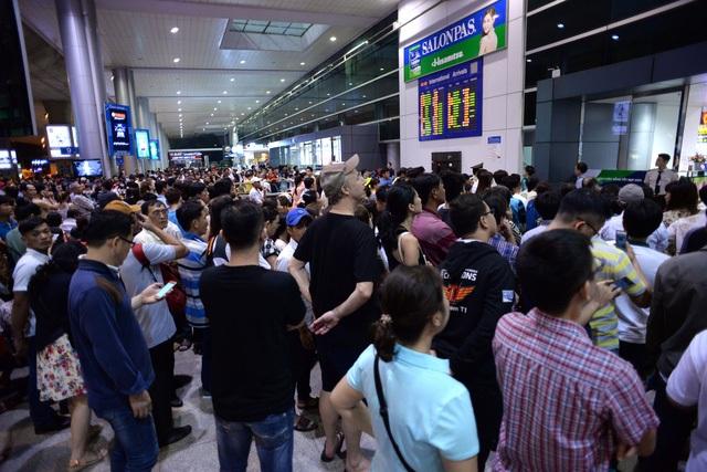 Các tuyến đường vào sân bay Tân Sơn Nhất thường xuyên ùn tắc, còn bên trong sân bay hàng ngàn người chen chúc, vạ vật chờ đón người thân.