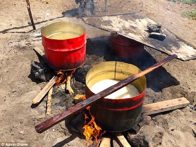 Đun thịt cá để lấy dầu