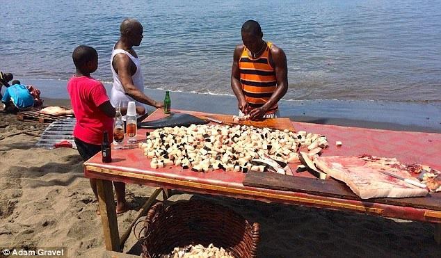 Bày bán thịt cá voi công khai