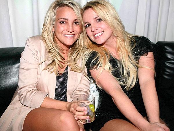 Nữ diễn viên - ca sĩ Jamie-Lynn Spears (25 tuổi - trái)