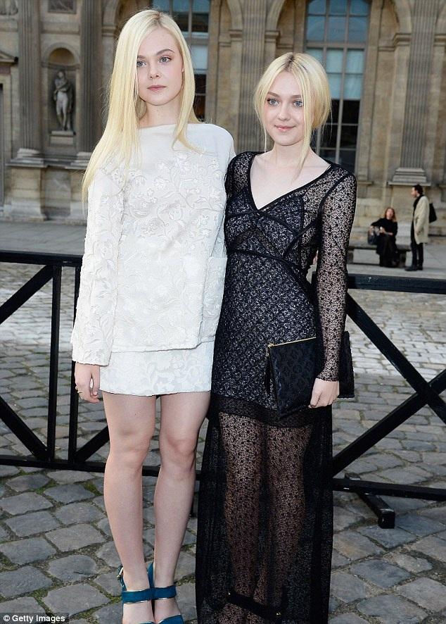Nữ diễn viên Elle Fanning (18 tuổi - trái)