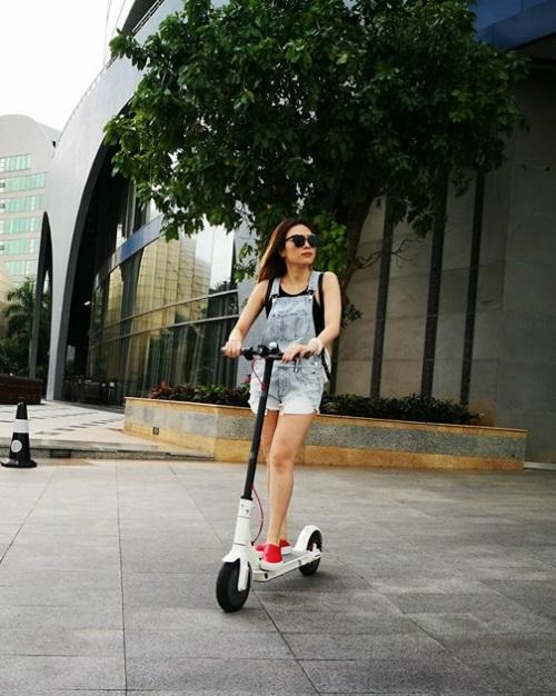Mỹ Tâm bất ngờ khoe phong cách xì tin khi diện quần yếm và đi xe scooter dạo phố.