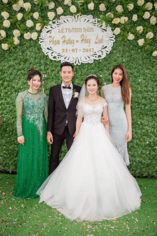 Phạm Hương chia sẻ hạnh phúc trong ngày cưới của em trai, hôn lễ được tổ chức trước khi ba Phạm Hương qua đời. Cô viết: Sẽ cùng nhau sống thật tốt vì cha nhé... Cả nhà nhớ cha rất nhiều.