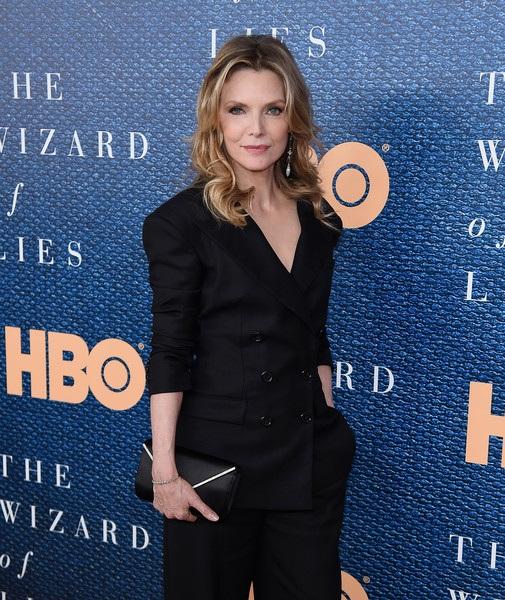 Michelle Pfeiffer (ảnh chụp tháng 5/2017) ở tuổi 59 vẫn là biểu tượng sắc đẹp ở Hollywood. Nữ minh tinh từng 3 lần được đề cử giải Oscar vẫn đóng phim khá nhiều trong những năm trở lại đây, đáng kể là Murder on the Orient Express và Mother! trong năm 2017. Michelle Pfeiffer chia sẻ bí quyết giúp cô sống khỏe là ăn chay, kiểm soát các cơn tức giận, giữ cân bằng trong cuộc sống.