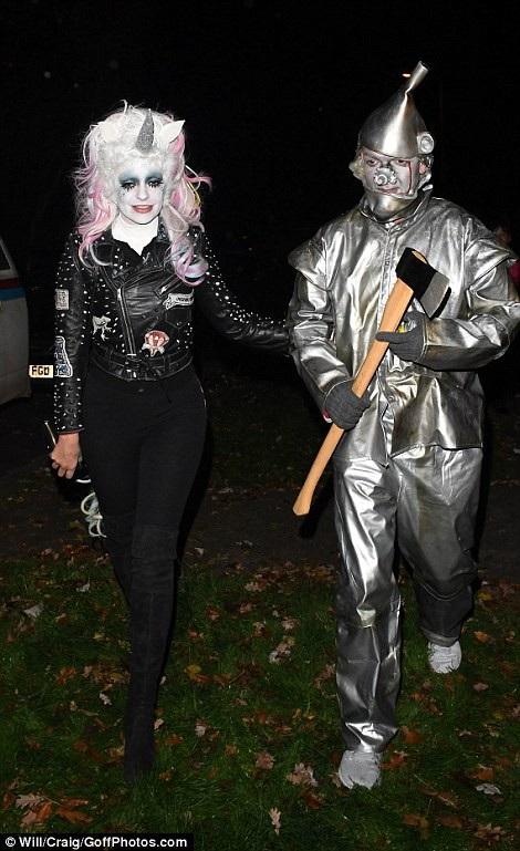 Thật khó nhận ra Holly Willoughby và chồng cô - Dan Baldwin trong bộ trang phục này!