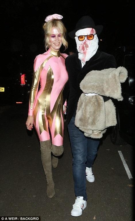 Claudia Schiffer đi cùng chồng, Matthew Vaughn, tới bữa tiệc Halloween.