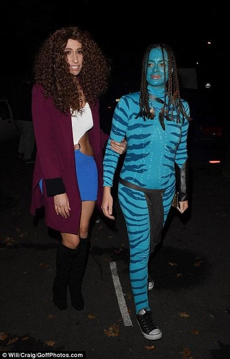 Stacey Solomon (phải) lấy cảm hứng nhân vật nữ chính trong bộ phim Avatar cho bộ trang phục hóa trang của mình.