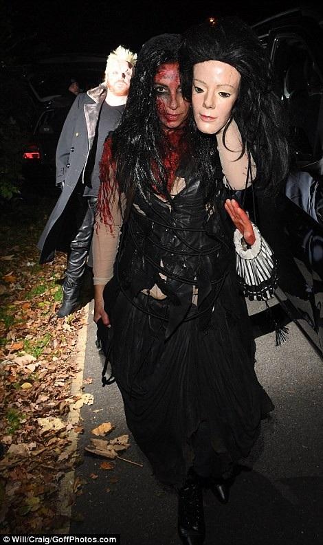 Nghẹt thở với màn khoe ngực của sao trong đêm Halloween - 29