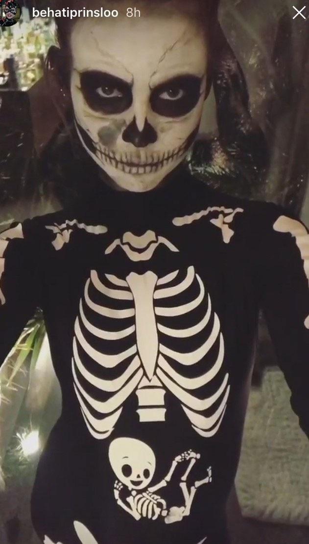 Siêu mẫu Behati Prinsloo, vợ của Adam Levin, tự biến mình thành bộ xương di động.