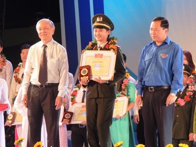 100 sinh viên trong cả nước nhận giải thưởng Sao tháng Giêng 2016